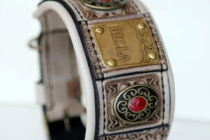Luxurious leather hound collar with nameplate by Workshop Sauri